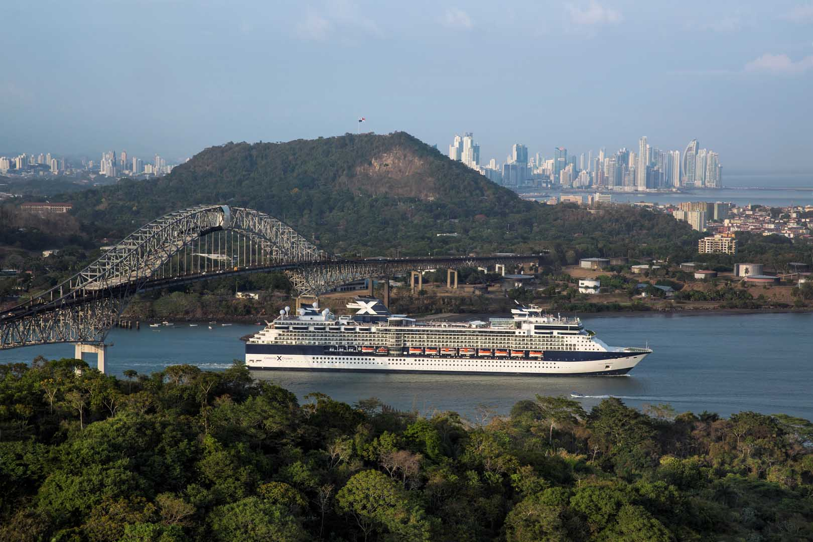 Die Celebrity Infinity  im Panamakanal. © Celebrity Cruises