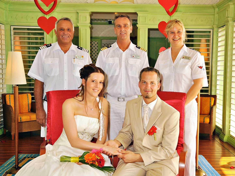 Kapitän Gärtner mit Hochzeitspaar © AIDA Cruises
