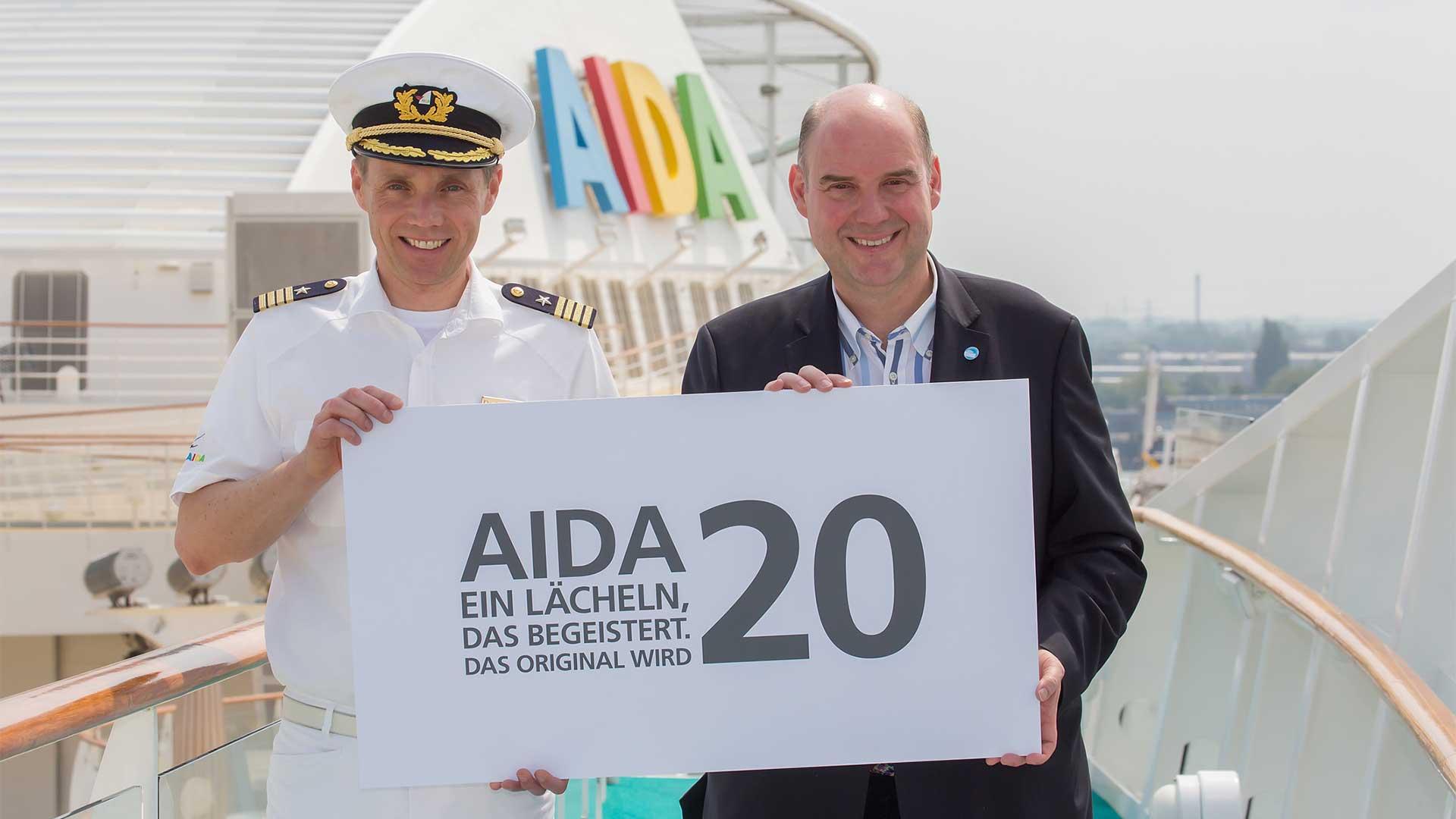 Kapitän David Adrian und AIDA Präsident Michael Ungerer auf dem Sonnendeck der AIDAbella. © Christian Lietzmann / AIDA Cruies  © AIDA Cruises