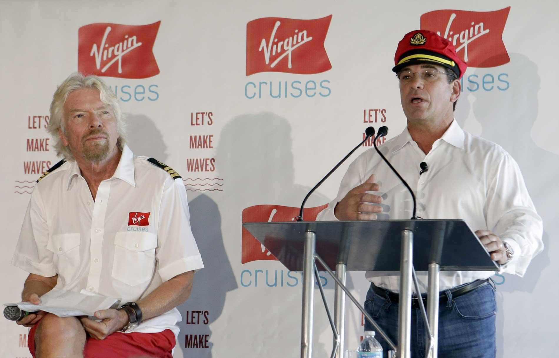 Richard Branson und Virgin Cruises CEO Tom McAlpinauf der Pressekonferenz in Miami. © AP Photo/Alan Diaz