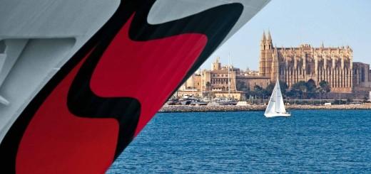 Kussmund vor Kathedrale - die AIDAblu bietet eintägige Schnupperkreuzfahrten ab Palma de Mallorca. © AIDA Cruises