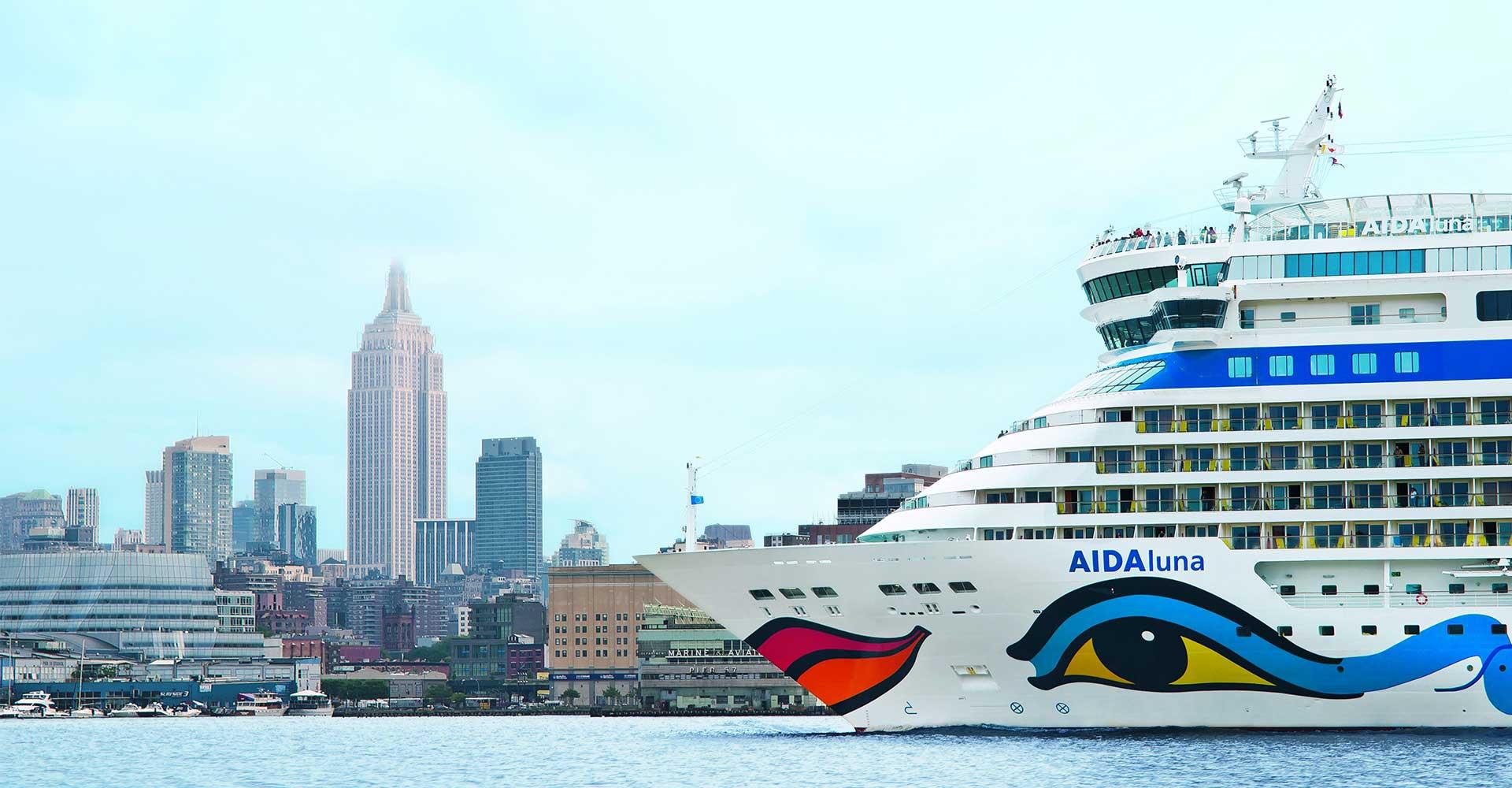 Die AIDAluna vor der Skyline von New York. © AIDA Cruises