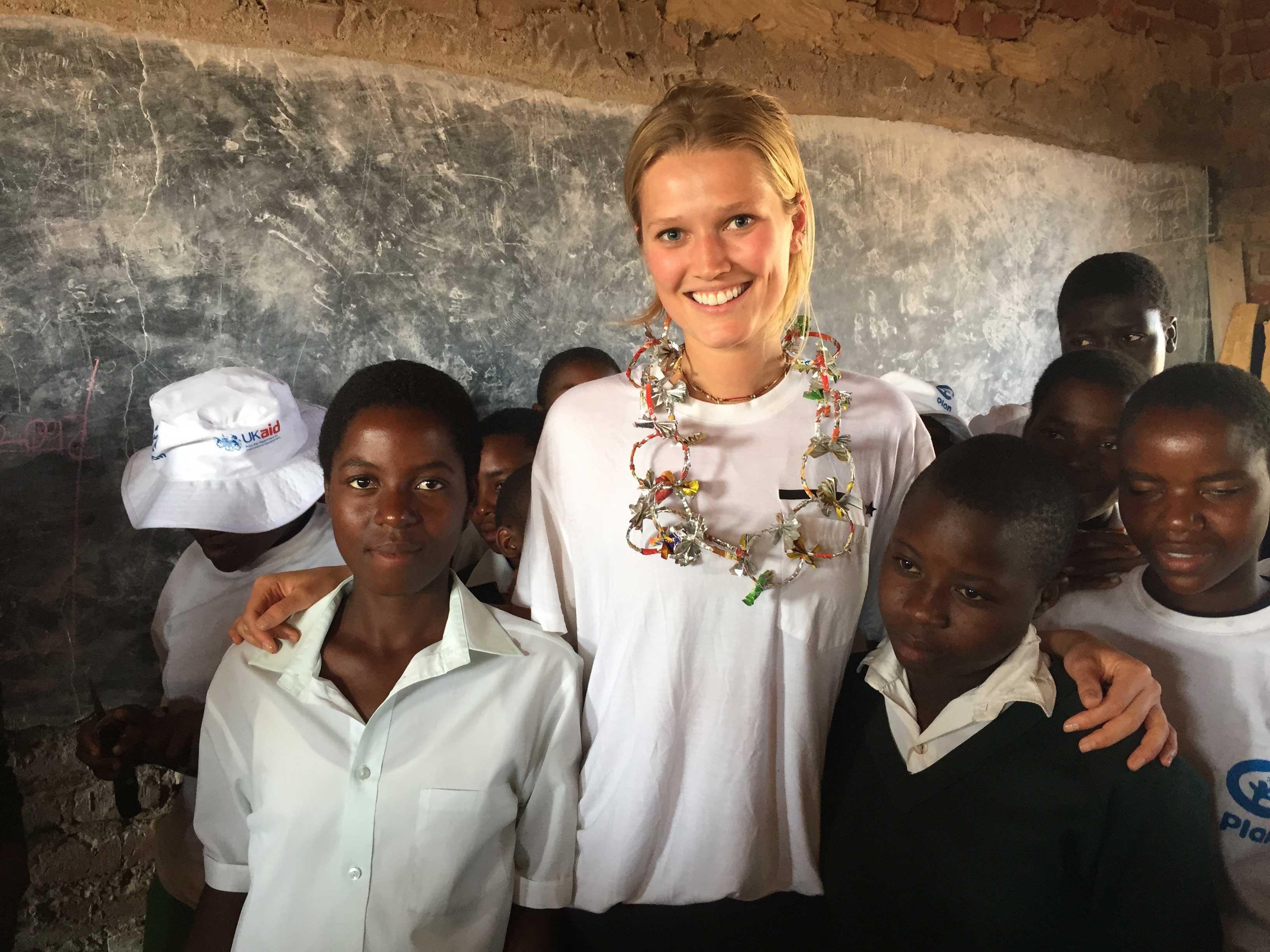 Toni Garrn, international bekanntes Model und Plan-Botschafterin, präsentiert die Charity-Aktion von FASHION2NIGHT zugunsten der Kinderhilfsorganisation Plan International. © AJG Model-Support