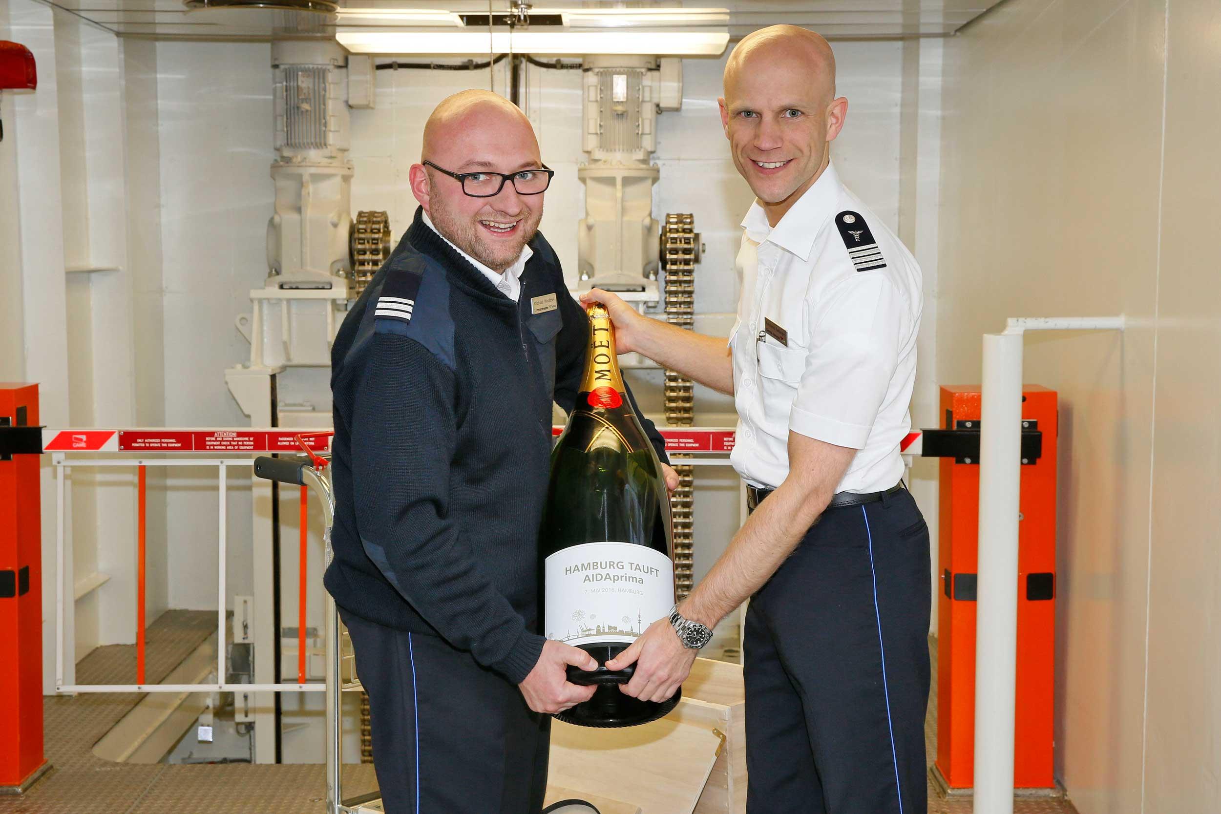 General Manager Konstantin Burkämper und Proviantmeister Michael Wrobbel mit der imposanten Balthazar-Flasche von Moët & Chandon. © AIDA Cruises