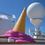 Kitsch oder Kunst: Ein Eis-Objekt an Deck