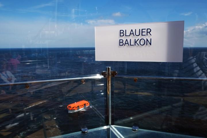 Nervenkitzel: Mutige betreten den Blauen Balkon mit gläsernem Boden